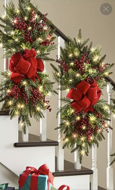 Christmas Stairs Decorations, Christmas Swags, Christmas Flowers, Christmas Mom, Christmas Centerpieces, Christmas Staircase, Christmas Crafts For Gifts, Christmas Projects, Christmas Flower Arrangements