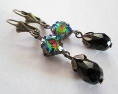 Bronzene Ohrringe mit Kristall in toller Farbe, begleitet von facettierten Tropfen in schwarz