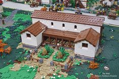 British collective Brick to the Past built a historical LEGO display that's probably one of the largest ever made. It's a recreation of Hadrian's famous wall at Rome's northern frontier. Village Lego, Rome Buildings, Egypt Concept Art, Lego Knights, Lego Display, Roman Britain, Lego Spaceship, Medieval, Lego Castle