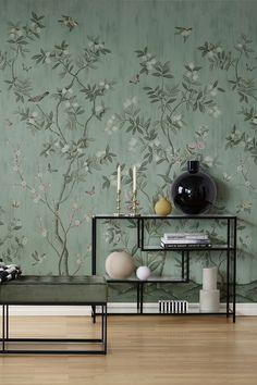 """De luxe en toch verfijnde """"Chinoiserie Chic"""" behang is een Diane Hill-samenwerking, met citrusbomen, exotische vogels en wervelende vlinders. een handgeschilderde muurschildering dat is omgetoverd tot een prachtig behang. een klassiek maar toch moderne combinatie maakt het behang uniek. dit behang in combinatie met het behang Brushstrokes maakt het ideaal voor ruimtes met een hoog plafond. #wallpaper #behang #wandbekleding #interieur #interior #inspiratie #inspiration #decoratie #trends William Morris, Wooden Tables, Pattern Wallpaper, Interior Inspiration, Master Bedroom, Sweet Home, Colours, Living Room, Architecture"""