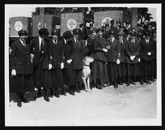 Personal de la Cruz Roja a la espera de conocer a la reina María, durante la Primera Guerra Mundial