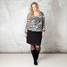 De zebraprint maakt van deze blouse een prachtige eyecatcher. Aan de ronde hals geeft het plissé effect een mooie, vrouwelijke uitstraling. Het elast... Bekijk op http://www.grotematenwebshop.nl/product/blouse-van-x-two-voor-vrouwen-met-grote-maten-4/