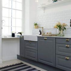 Vackert i grått och vitt. Köket är ett Ikea-kök med mässingsbeslag och specialbeställd marmorskiva.