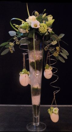 Fun and separate flower arrangement on a narrow vase, twisted iron wire and hang decorations such as eggs for Easter, Christmas balls for Christmas Beautiful Flower Arrangements, Beautiful Flowers, Iron Wire, Christmas Balls, Glass Vase, Easter, Separate, Advent, Eggs