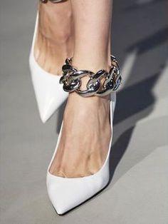 Anche le scarpe donna seguono i colori moda autunno inverno 2020, un tripudio di stivali e scarpe bianche, sandali eleganti e tacchi design a clessidra da avere ASAP.