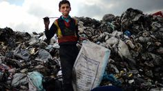 een jongen waarbij waarschijnlijk zijn huis is ingestort en hij nu alles kwijt is, nog wat spullen zoekt dat iets voor hem betekende.