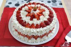 Questa è la ricetta della mia mamma per preparare la torta alle fragole, la classica torta che si prepara il mese di maggio a casa mia. Da quando ho