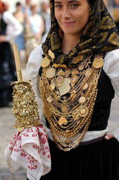 Mulher com traje de noiva minhota PORTUGAL
