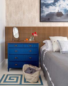 """- CASA CLAUDIA (@revistacasaclaudia) no Instagram: """"Nesta suíte, destaca-se o tom azul da cômoda em composição com a cabeceira em painel ripado de…"""""""
