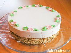 Oppskriften på denne spennende kaken har jeg fra min svigermor. Kaken består av en deilig nøttebunn fylt med vaniljekrem og dekket med jordbærfromasj. Anbefales på det sterkeste!