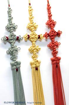 실크끈목으로 만들어본 끈술노리개입니다.금사 감느라 팔 빠지는 줄 알았네요. 크게 어렵지는 않으나 같은 ... Paracord, Tassel Necklace, Knots, Tassels, Drop Earrings, Ornament, Jewelry, Fashion, Ribbons