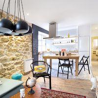 Piso de alquiler de Egue y Seta. En esta vivienda de alquiler en La Coruña, pocos metros (aunque una situación inmejorable) y un presupuesto 'low-cost' han sido los hándicaps que Egue y Seta han vuelto a convertir en oportunidades.