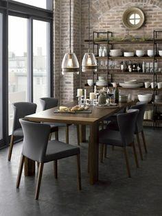chaises en tissu beige, table en bois, aménagement industriel