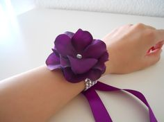 This gorgeous purple hydrangea wrist corsage on rhinestone bracelet is an elegant choice for the special guest in your wedding/event. Material: hydrangea, rhinestone bracelet Color: purple, eggplant, tiffany blue, orange This listing includes, 1. one wrist corsages ******Color of ribbon can be customized to match your theme******. ******Convo or email me if need special order******