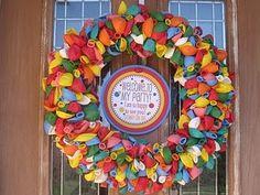 Balloon wreath - perfect for kids' birthday parties! Circus Birthday, Birthday Balloons, Birthday Parties, Birthday Ideas, 70th Birthday, Diy Crafts For School, Fun Crafts, Summer Crafts, Balloon Wreath