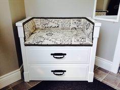 Une vieille commode transformée en banc d'entrée, blanc et noir. Voici la commode « Après ». Idée géniale de Julie Carpentier.