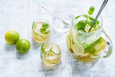 Met munt, gember en limoen is deze sangria van groene thee heerlijk fris - Recept - Allerhande
