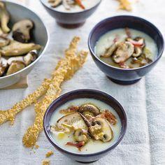 Recept - Romige knolselderij-paddenstoelen soep met kaasstengels - Allerhande