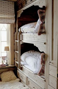 cozy cottage bunks - love the fur rug and polka-dot shade. also built-in bunks are a great idea Bunk Beds Built In, Kids Bunk Beds, Loft Beds, Corner Bunk Beds, Alcove Bed, Bed Nook, Bunk Rooms, Suites, Beautiful Bedrooms