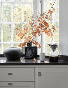 A light grey Scandinavian shaker kitchen in calm tones Country House Interior, Kitchen Interior, Kitchen Design, Apartment Kitchen, Home Decor Styles, Home Decor Accessories, Cheap Home Decor, Grey Interior Design, Interior Design Living Room