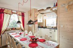 Dom Malina Zakopane do wynajęcia góralska chatka cottage for rent living kitchen lampa kapelusz stół ludowy
