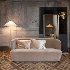 Gubi naadloos verrassend in Palazzo Serbellloni in Milaan Palazzo, Interior And Exterior, Interior Design, Interior Ideas, Hotel Interiors, Design Furniture, Catio, Living Room Chairs, Living Area