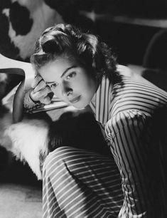 Otro icono del director, la actriz lo acompañó en tres historias imprescindibles: Recuerda (1945), Encadenados (1946) y Atormentada (1949). Old Hollywood Movies, Hollywood Actresses, Actors & Actresses, Hollywood Glamour, Hollywood Stars, Classic Hollywood, Swedish Actresses, Classic Actresses, Ingrid Bergman