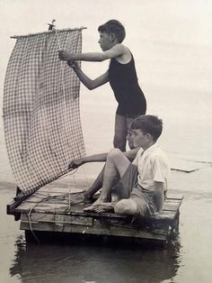 Vintage: the photo and the boat. Old Pictures, Old Photos, Baby Kind, The Good Old Days, Vintage Photographs, Little People, Rafting, Vintage Children, Retro