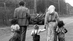Le Livre noir de la Suède. Le fichage des Roms... Mälarhöjden, près de Stockholm, octobre 1951. Une famille Rom qui vient d'être chassée de son campement.