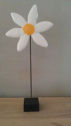 Cute daisy - not sparkly or showy....just plain old adorable :)