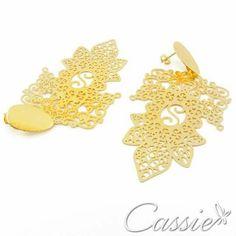 Pra encerrar o dia com estilo.   Brinco Sharmila folheado a ouro com garantia.  www.cassie.com.br   ╔═══════════════════╗ #Cassie #semijoias #acessórios #moda #fashion #estilo #inspiração #tendências #trends #prata #love #pulseirismo #zirconias #folheado #dourado #amor #sãojoão #inverno #berloques #charms #brincos # #