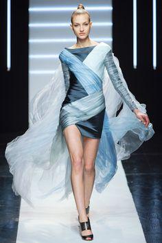 Maxime Simoens Coleccion spring2012  Vestidos femeninos, ajustados al cuerpo con asimetria. dentro de la misma gama de tonos. Y muy de moda manga 3/4 o larga.
