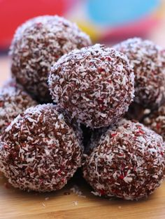 No Bake Cherry Ripe Balls Perfect For gifts: Not long before Christmas we were given a box of Cherry Ripes Xmas Food, Christmas Sweets, Christmas Cooking, Christmas Goodies, Christmas Baking For Kids, Christmas Nibbles, Christmas Treats For Gifts, Protein Snacks, Protein Ball