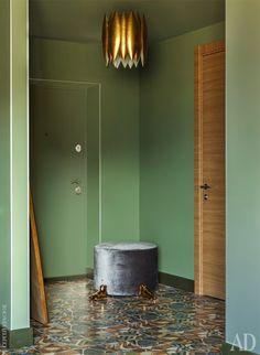Декоратор объединила прихожую с помощью цвета и одинаковой плитки на полу.