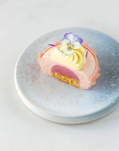 Piccole mousse di pesca melba - In Love With Cake Gourmet Desserts, Cute Desserts, Plated Desserts, Delicious Desserts, Dessert Recipes, Peach Mousse, Patisserie Fine, Cupcakes, French Desserts