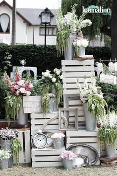 White crates and metal buckets filled with flowers never fade. Stack them high for a greater impact or to take up empty wall space in your reception area. Chic Wedding, Trendy Wedding, Rustic Wedding, Wedding Vintage, Wedding Ideas, Deco Champetre, Deco Floral, Vintage Party, Background Vintage