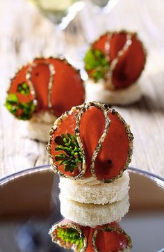 appetizers with bread, cream cheese and spicy salami - recipe in Romanian Salami Recipes, Appetizer Recipes, Party Snacks, Appetizers For Party, Romanian Food, Romanian Recipes, Soul Food, Finger Foods, Food To Make