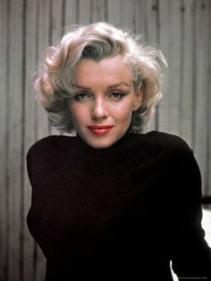 [ marilyn monroe at home in hollywood : color portraits 1953 ] alfred eisenstaedt ; time & life pictures / getty images marilyn monroe gazes into alfred eisenstaedt's camera , 1953 Fotos Marilyn Monroe, Marilyn Monroe Hair, Madelyn Monroe, Norma Jeane, Celebs, Celebrities, Classic Beauty, Belle Photo, Old Hollywood