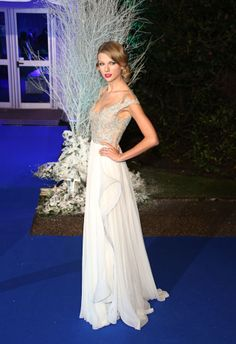 Taylor Swift gala Winter Whites vestido blanco y plateado de Reem Acra de la Primavera 2014