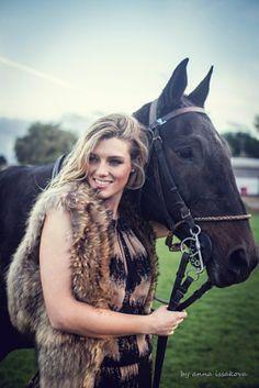 chica con un caballo - foto