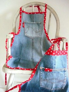 The Best Upcycled Denim Crafts & DIY Why not recycle your old jeans into something fabulous. Denim is a fantastic fabric to upcycle with, here are some of the best denim crafts and DIY's to inspire you. Jean Crafts, Denim Crafts, Diy Couture, Couture Sewing, Sewing Aprons, Sewing Clothes, Denim Aprons, Artisanats Denim, Jean Apron