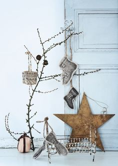 Rustic Christmas decorations with a modern flair. Noel Christmas, Scandinavian Christmas, Rustic Christmas, All Things Christmas, Winter Christmas, Vintage Christmas, Christmas Crafts, Christmas Decorations, Christmas Ornaments
