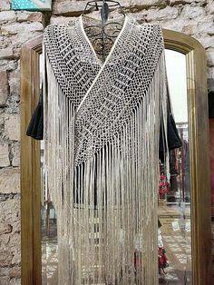 Mantoncillo flamenco-Tira de flecos de seda natural Crochet Wool, Crochet Scarves, Crochet Shawl, Crochet Clothes, Crochet Stitches, Crochet Patterns, Macrame Dress, Macrame Art, Macrame Knots
