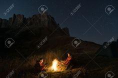 13370127-pareja-de-tienda-de-campa-a-en-el-desierto-Foto-de-archivo