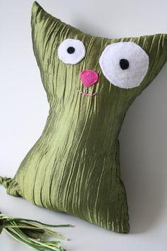 Très grand chat, vert 11'' x 6 1/2'' / Very  big cat, green 28 cm x 17 cm de la boutique AteliersTaffetas sur Etsy Grand Chat, Deco, Throw Pillows, Couture, Boutique, Etsy, Unique Jewelry, Kid, Toss Pillows