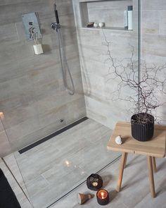 Ikke glem sluket! Med Purus designsluk kan du velge mellom en rekke stilrene løsninger. Montèr sluket inntil vegg i hjørnet eller som en dusjavgrenser. Våre dyktige rørleggere hjelper deg med montering #rørkjøp . Bildet over er fra det lekre badet til @ingerliselille