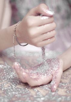 OH MY GOODNESS I LOVE SPARKLES AND I WOULD LOVE TO JUST HAVE A TON OF SPARKLES LIKE THAT...Lol