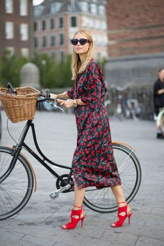 Street style photographer Diego Zuko snaps the stylish Scandinavians at Copenhagen Fashion Week, Denmark. Cycle Chic, Looks Chic, Looks Style, Style Me, Copenhagen Street Style, Copenhagen Fashion Week, Street Style Chic, Bike Style, Business Outfit