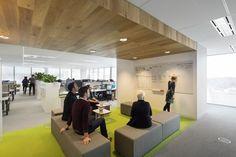 Ideen fürs Büro - Große Büroräume lassen sich gut in Zonen unterteilen. Eine farblich abgesetzte Meeting Zone mit Hockern ist dabei dynamisch und flexibel.