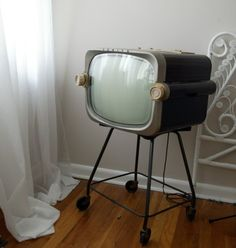 i have a thing for vintage TV's.  this one is so awesome.